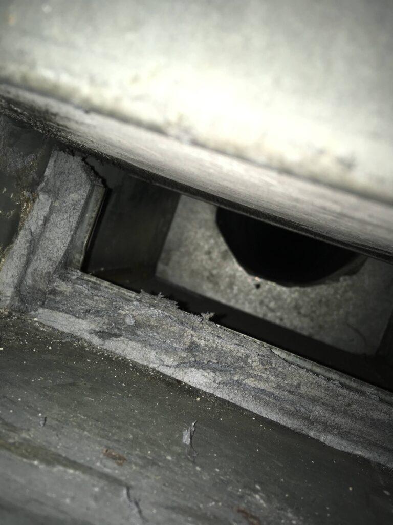 Stark beschädigt asbesthaltige Anschlagdichtung